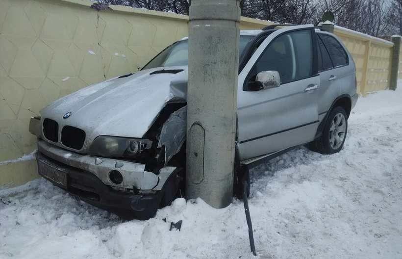 Аварийный авто BMW на заснеженной дороге в Минске