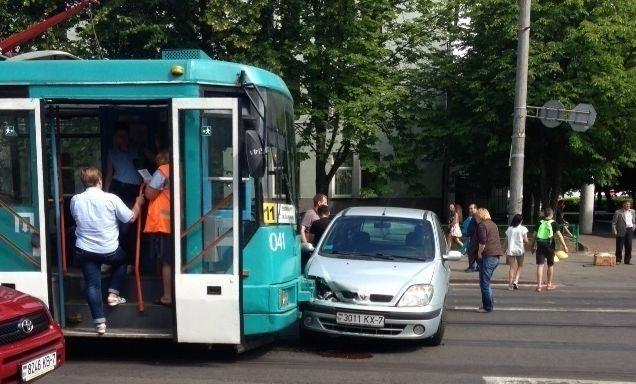 Аварийный трамвай протаранил Renault