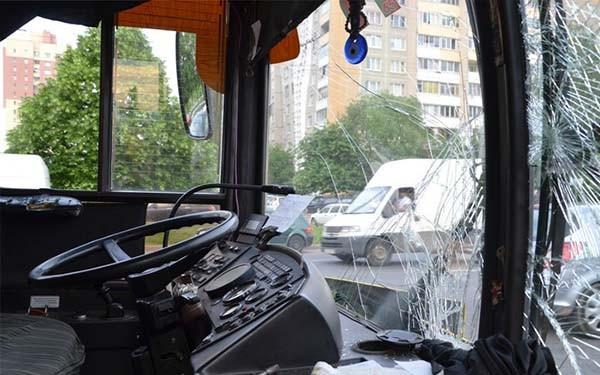 Автобус пострадал от столкновения с внедорожниками
