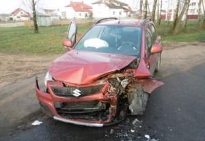 Аварийное авто Suzuki после лобового столкновения